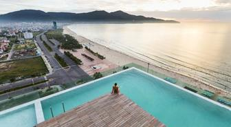 "There is a ""highest swimming pool"" of Viet Nam placed on the 23th floor of A La Carte"